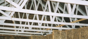 Bracing of roof trusses above a straw filled kram wall